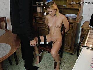 Nackte blonde Bondage Sex Mädchen