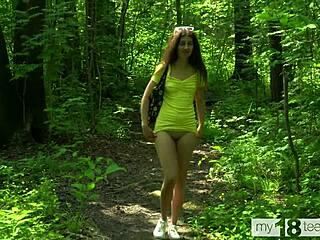 Wald im nackt mädchen Mädchen im